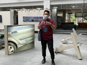 藝術家王弘志老師介紹自己創作的作品。